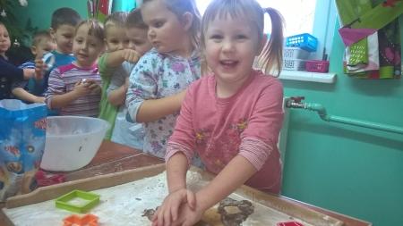 Przedszkolaki upiekły pierniczki