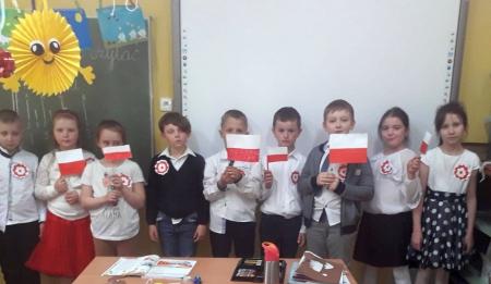 Hymn Narodowy odśpiewany przez uczniów klasy 1